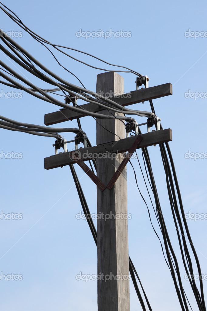 harten Draht auf elektrische Pole in blauer Himmel — Stockfoto ...