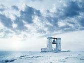 Fotografie große antike Glocke am Strand auf der Krim