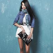 Fotografia giovane donna bruna in giacca jeans