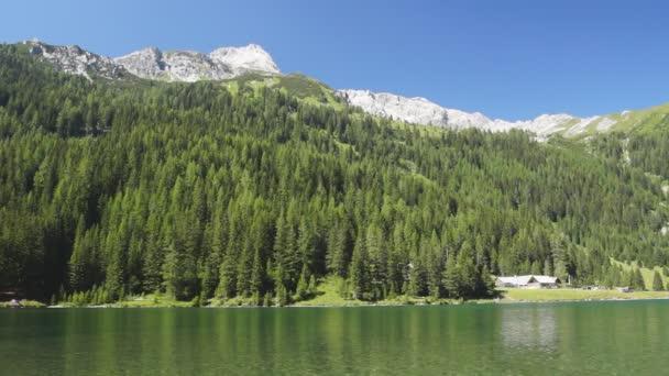 jezero v rakouských Alpách
