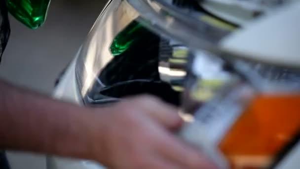 Muž, mytí auta. auto na mytí aut, čištění na lesk