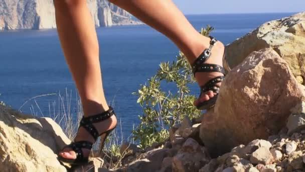 holky na vysokých podpatcích, na kopci