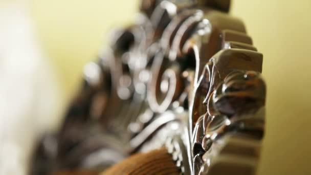 luxusní křeslo s vyřezávanými ornamenty