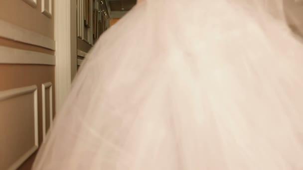 nevěsta v šatech před svatbou
