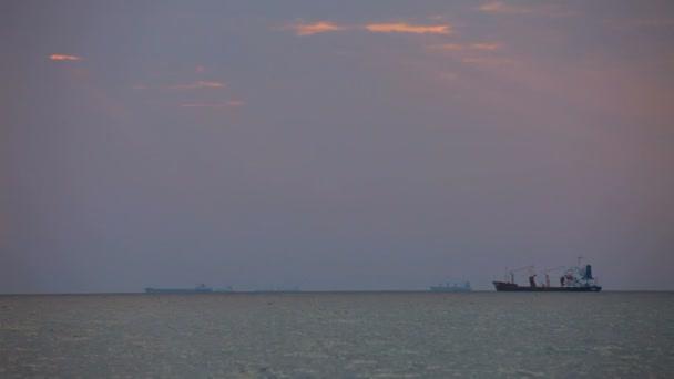 nákladní loď. malá nákladní loď pluje na velké vzdálenosti od břehu.