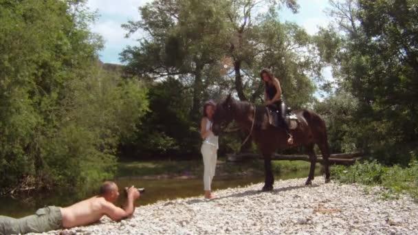 dvě ženy a koně pózuje pro fotografa