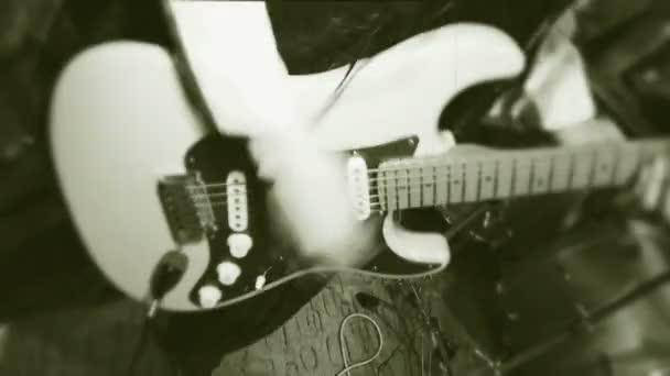 Rock and roll holka. dívka s dlouhými vlasy se aktivně hraje na kytaru. černobílé filmy