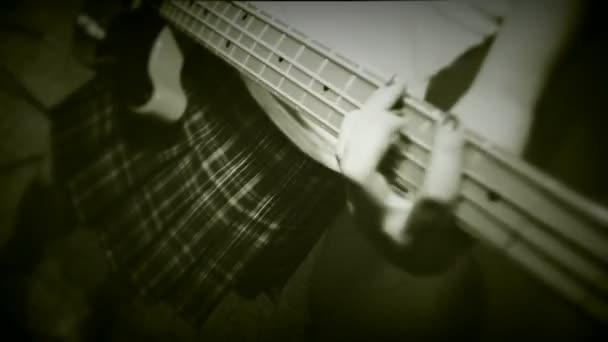 krásná mladá dívka hraje na kytaru a zpívá. staré filmy tři výstřely