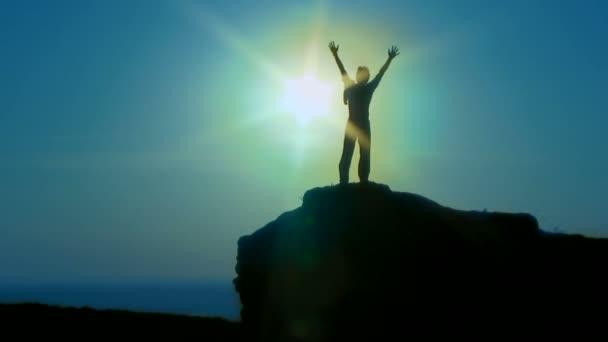 uomo di sagoma. sagoma. un uomo in piedi su una scogliera con le loro mani
