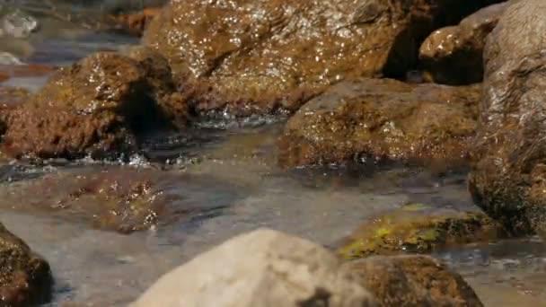 tengeri hullám. tenger hulláma öntötte a keskeny rés. közeli kép:.