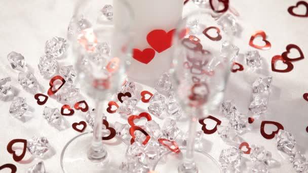 téma Valentýn. malé srdce HD. spadnout na wineglasses.close nahoru. bílé pozadí
