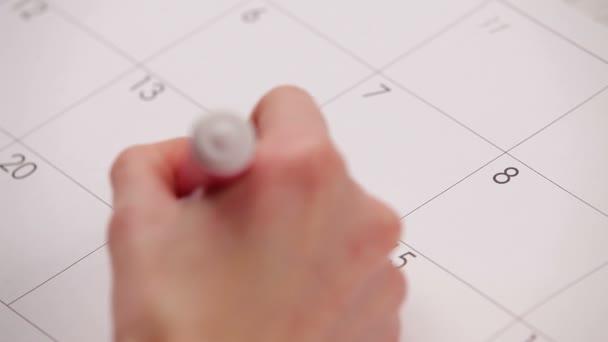 dvě srdce v kalendáři. HD. žena kreslí dvě srdce na téma den calendar.valentine. téma. zblízka