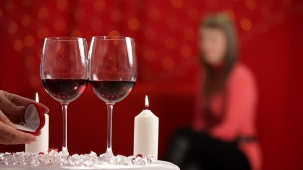 udělat nabídku na Valentýna. muž má snubní prsten z tabulky dát její přítelkyně