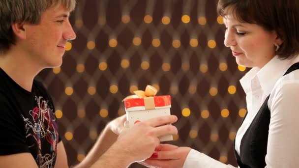 Valentines den. HD. mužů dává pole dárek pro svou přítelkyni, otevřela ji a získá srdce