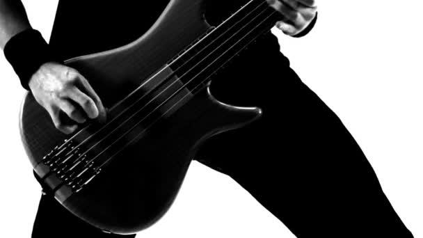 hrál na kytaru. černá a bílá