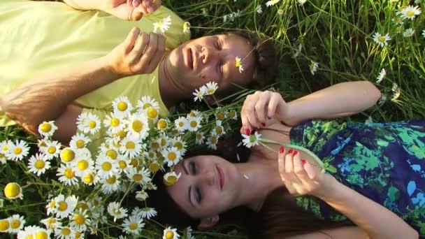 dvojici, v oblasti mezi květy. pár mezi květy
