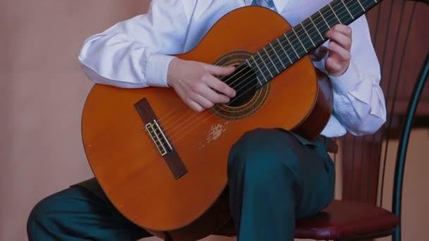 hudebníci hrál na akustickou kytaru. hrál na kytaru. detail.