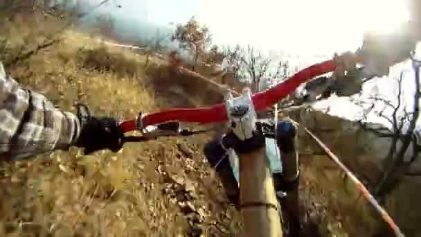 Cyklisté pohybující se náročná trať v lese. cyklista na trati. POV