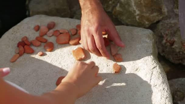 tvoří srdce s mozaika malých kamenů. mozaika srdce