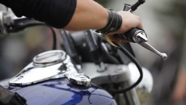motorkář přípravu na projížďku. kolo. detail