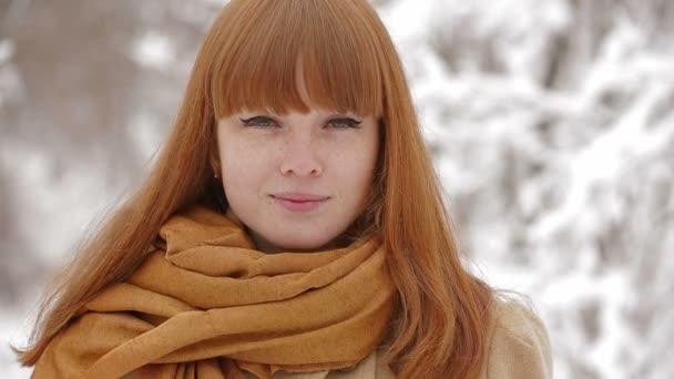 Boldog és mosolyog a téli lány szabadban, fenyőfa