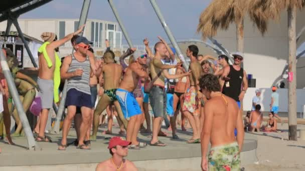 Krím, Ukrajna, 2013. augusztus 03., résztvevők Kazantip 2013 tánc a strandon. Lassú mozgás