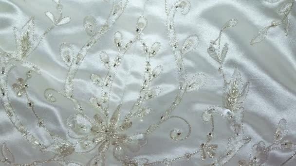 výšivka na svatební šaty