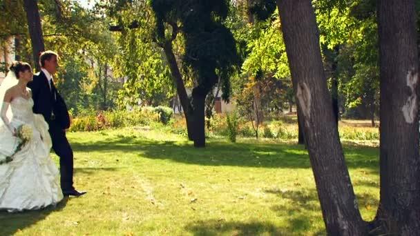 nevěsta a ženich na procházce v parku