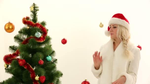 žena mezi Vánoční dekorace. dekorace na Vánoce