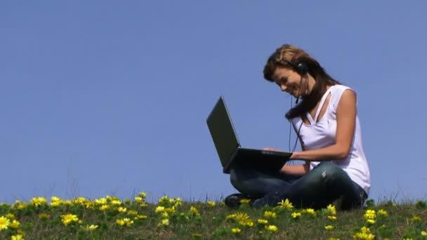 Nő laptoppal