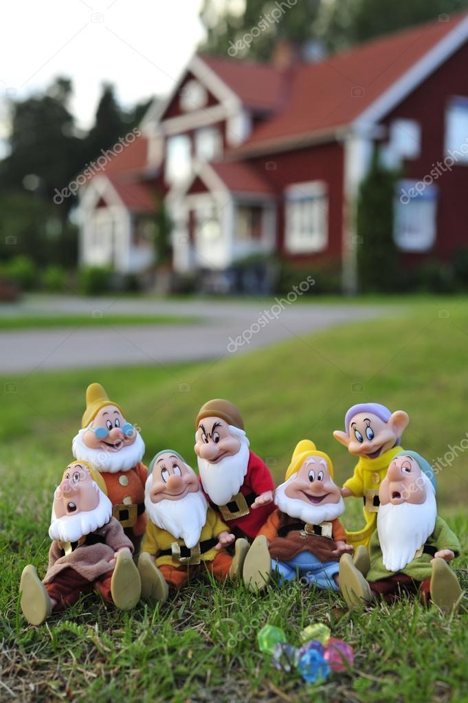 Siete enanos en el jard n de una casa de fondo foto de for Enanos jardin