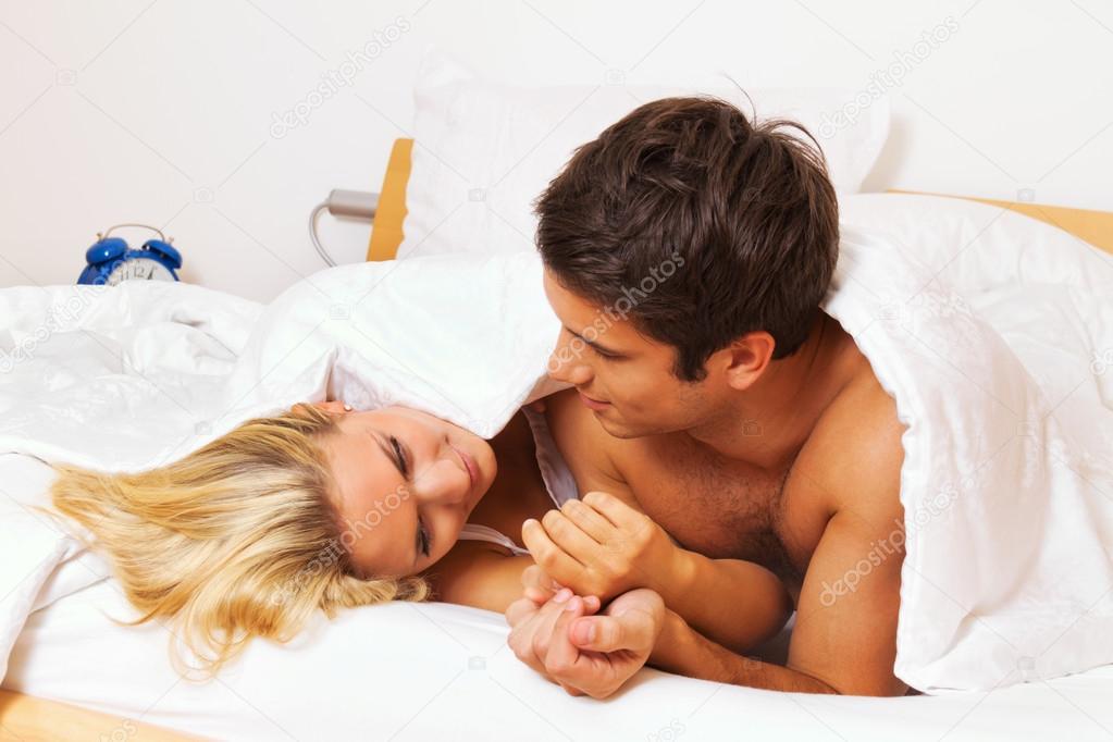 Paar hat Spaß im Bett. Lachen, Freude und Erotik — Stockfoto ...