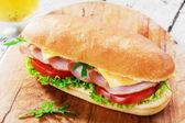 Šunkový sendvič se sýrem a rajčaty