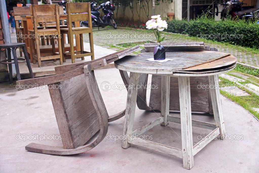 Oude houten tafel in de openlucht restaurant u stockfoto