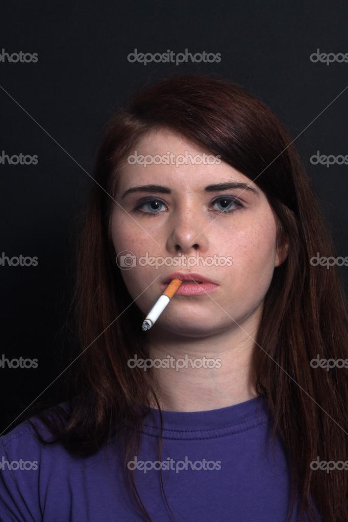 mladá brunetka kouření