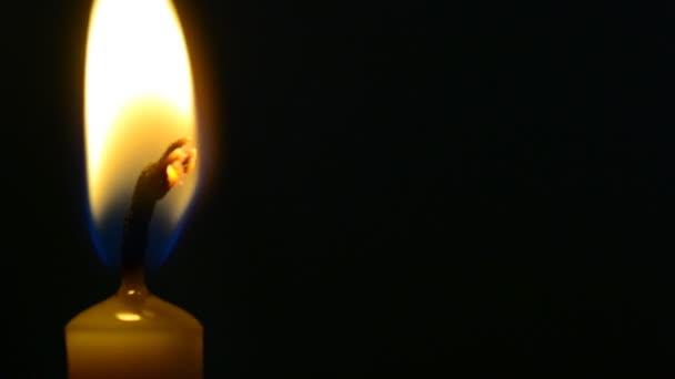 žlutá svíčka izolované na černém pozadí