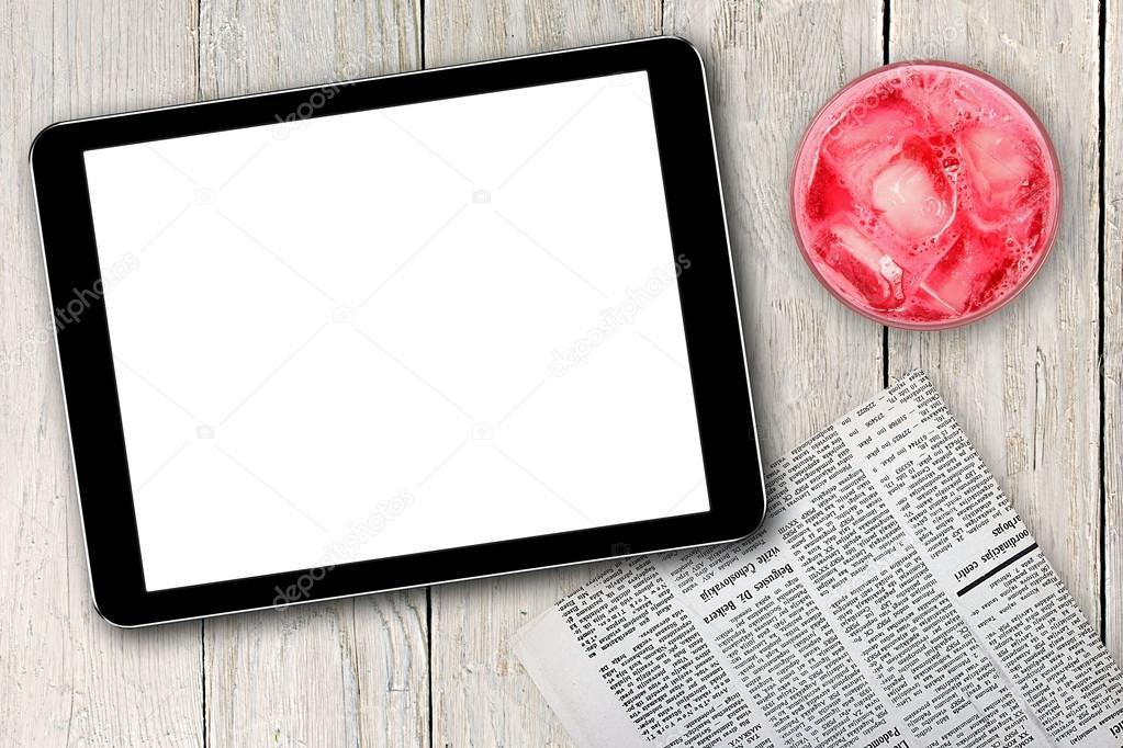 leere digitale Tablet, Zeitung und Rosa Cocktail auf Holztisch ...