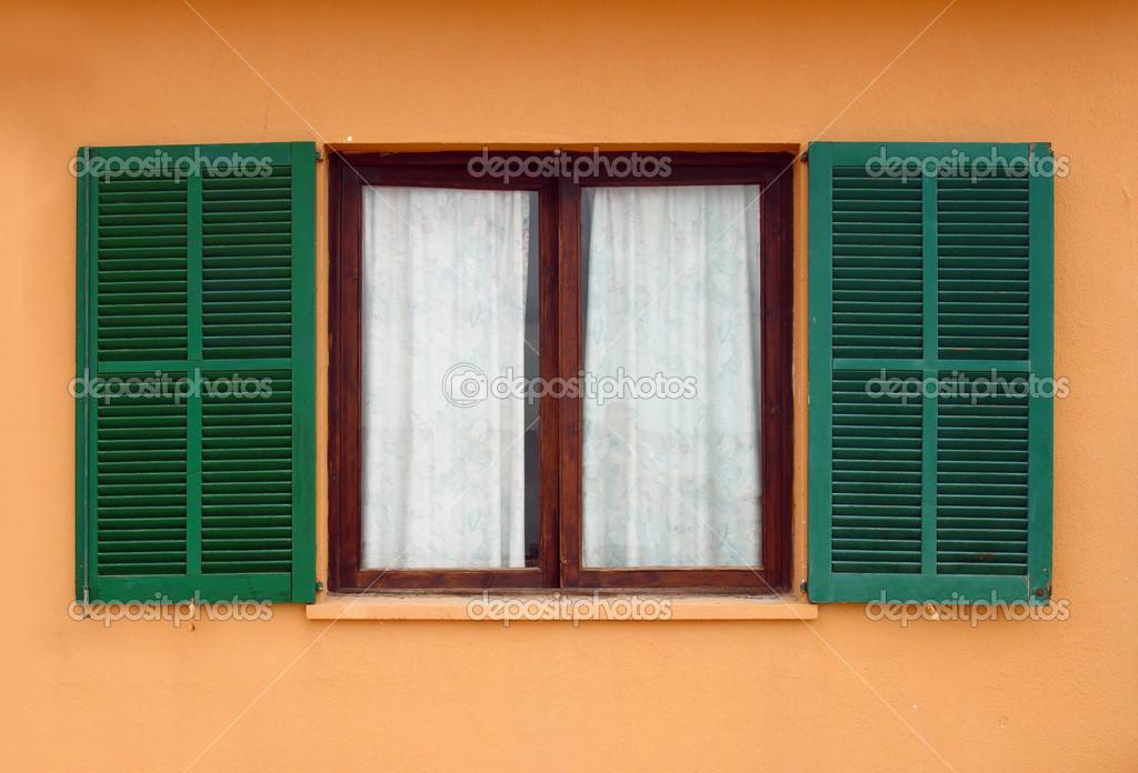 Grune Fensterladen Auf Gelbe Haus Fassade Eroffnet Stockfoto