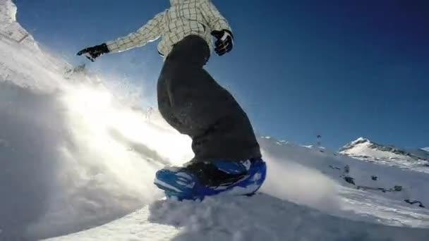 Snowboarder in alpiner Bergwelt unterwegs
