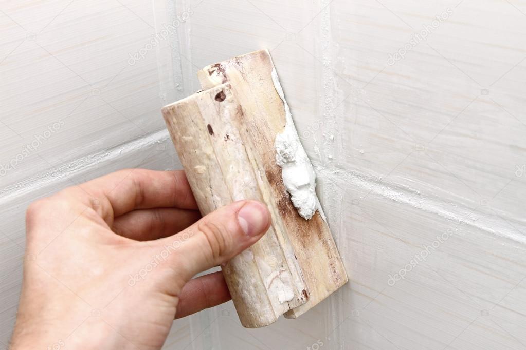 Costruzione del bagno operaio applicazione di stucco bianco su