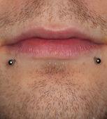 Detailní pohled na mladý mans ústa