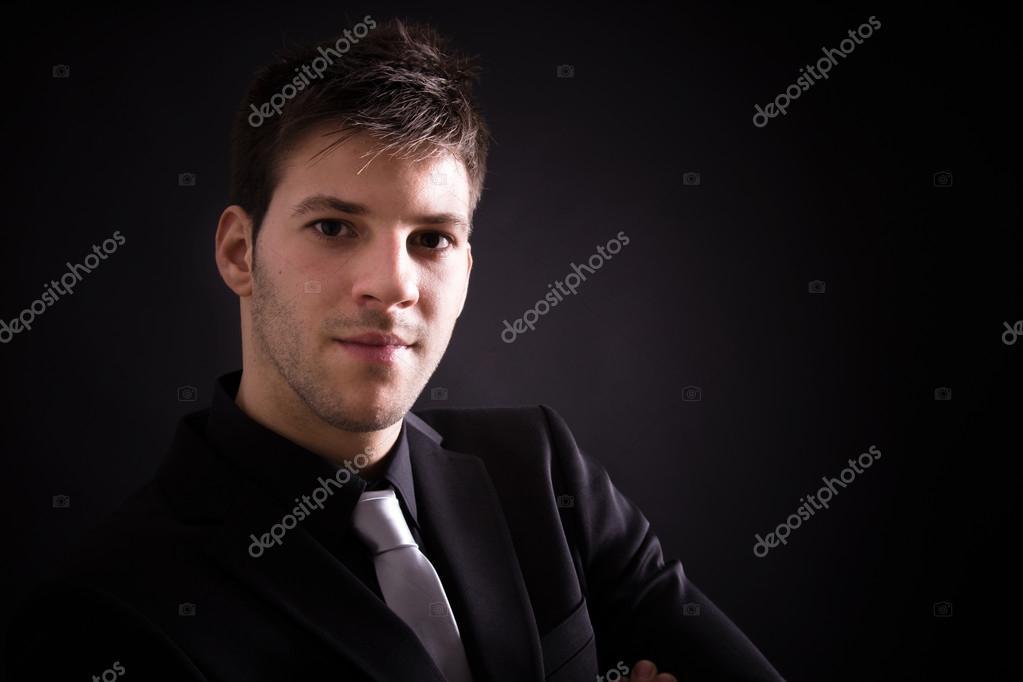 Retrato de hombre guapo elegante elegante traje negro sobre fondo negro —  Fotos de Stock 9d87941503d