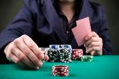 hráč pokeru na černém pozadí