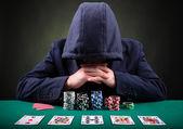 Fotografia giocatore di poker su sfondo nero