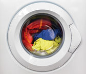 Waschmaschine mit schmutziger Wäsche im Inneren