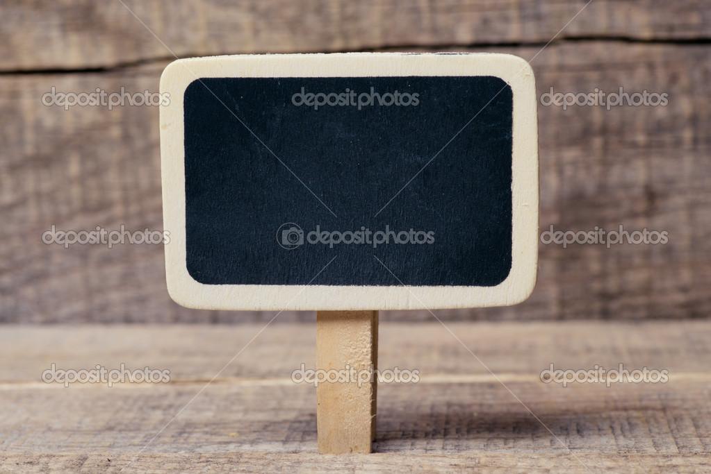 pequeña pizarra de madera enmarcada sobre fondo de madera — Fotos de ...