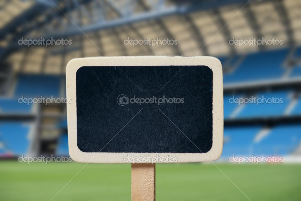 pequeña pizarra de madera enmarcada en el campo de fútbol — Fotos de ...