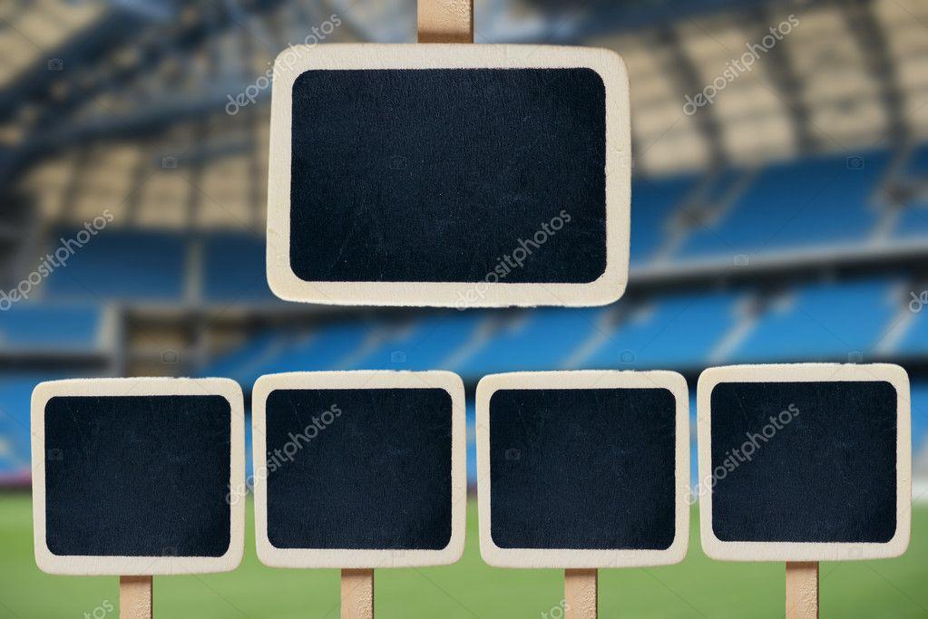 pequeña pizarra de madera enmarcada en el campo de fútbol — Foto de ...