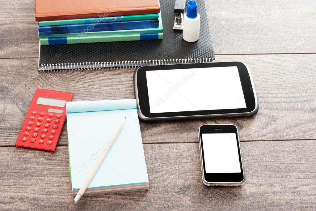 Accessori Per Ufficio : Accessori per ufficio su fondo in legno u2014 foto stock