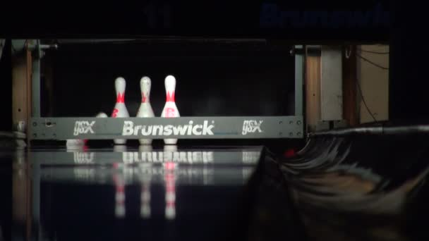 bowling míč srazil kolíky.